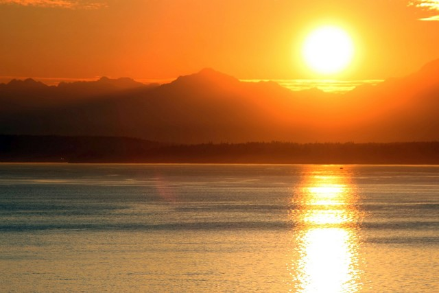 Puget Sound at sunset<br>Seattle, Washington<p>Camera: Canon EOS Rebel T1i<br>Tamron 28-300 mm VC lens