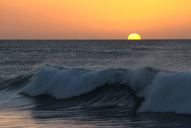 Sunset<br>North Shore, O'ahu<p>Camera: Canon EOS Rebel T1i<br>Canon 55-250mm IS lens